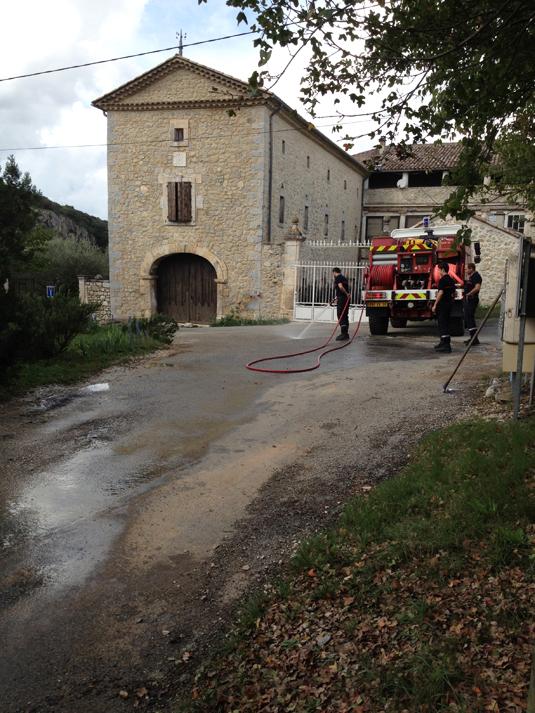 Pompiers nettoyant les gravats (2)